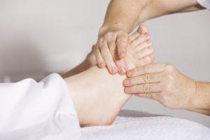 Ostroga piętowa – Przyczyny, objawy, leczenie i rehabilitacja