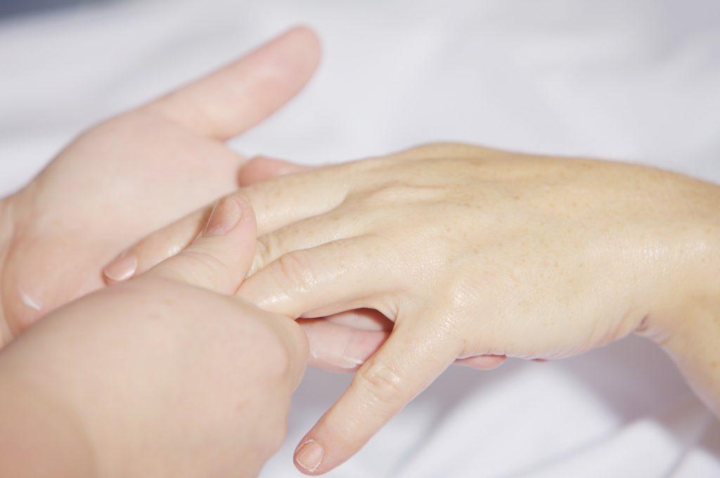 Ból i drętwienie rąk? To może być zespół cieśni nadgarstka