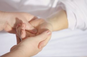 Zespół cieśni nadgarstka – Objawy, leczenie i rehabilitacja