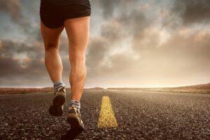 Rwa udowa – przyczyny, objawy, leczenie i rehabilitacja
